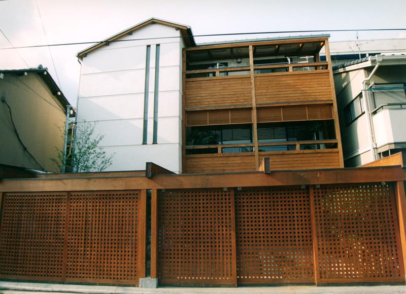 門のある家